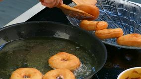 De kok trekt een doughnutpartij terug stock video