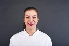 De kok van de close-upvrouw cheff over donkere muur Stock Afbeelding