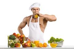 De kok van de mensenbodybuilder, die vers gedrukt sap koken en vegetab Royalty-vrije Stock Foto's