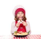 De kok van het meisje eet spaghetti Royalty-vrije Stock Fotografie