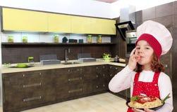 De kok van het meisje met spaghetti Royalty-vrije Stock Foto's