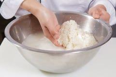 De kok wast rijst royalty-vrije stock afbeeldingen