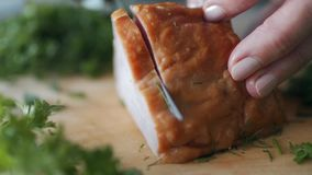De kok in witte kleren met een GLB snijdt baconvlees stock footage
