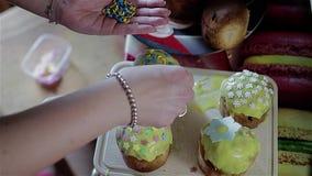 De kok wordt verfraaid met bestrooit Pasen-cakes die Mooi behandel Het mooie snoepje behandelt stock videobeelden