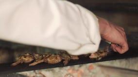 De kok zet folie op de BBQ rib stock footage