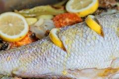 De kok zet wat olijfolie in Pagrus-pagrus om het in te koken royalty-vrije stock afbeelding