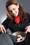 De kokende eieren van de vrouw stock fotografie