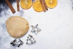 De kokende koekjes van de Kerstmispeperkoek op een donkere achtergrond stock fotografie