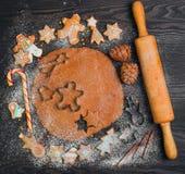 De kokende peperkoek van Kerstmiskoekjes Stock Afbeeldingen