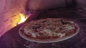 De kokende pizza van de chef-kokpizza stock videobeelden