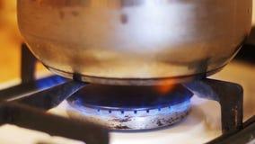 De kokende Pot is op een Gasfornuis Kokend voedsel thuis stock footage