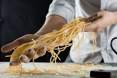 De kokholding kookte vers spaghetti in de keuken royalty-vrije stock fotografie