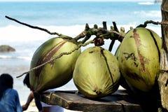 De kokosnoot op het strand is klaar om worden gedronken stock foto