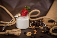 De kokosnotenroom van de dessertsamenstelling met aardbeien en noten royalty-vrije stock fotografie