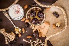 De kokosnotenroom van de dessertsamenstelling met aardbeien en noten royalty-vrije stock afbeeldingen