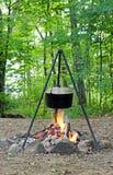 De koks van het diner over een open brand Royalty-vrije Stock Afbeeldingen