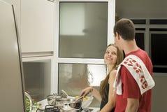 De Koks van het paar in Horizontale Keuken - Stock Foto's