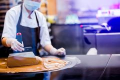 De kokvrouw mengt chocoladeroom met professionele chocoladespatel royalty-vrije stock foto