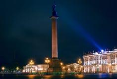 De kolom van Alexandrië op het Vierkant van het Paleis bij nacht. Royalty-vrije Stock Foto's