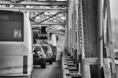 De kolom van auto's gaat door de automobiele brug Stock Afbeeldingen