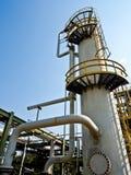 De kolom van de distillatie met blauwe hemel royalty-vrije stock foto