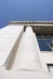 De kolom van de steen bij de financiële bouw royalty-vrije stock afbeeldingen