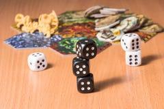 De kolom van zwarte dobbelt op een vage achtergrond van wit en andere voorwerpen voor lijstspelen Royalty-vrije Stock Foto