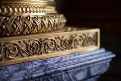 De kolombasis is verfraaid met metaal in reliëf makend kleine diepte van stock afbeeldingen