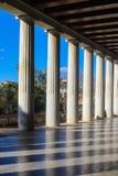De kolommen gieten schaduwen BC over de marmeren vloer van de behandelde gang bij de herstelde 2de eeuw Stoa van Attalos in oud Royalty-vrije Stock Fotografie