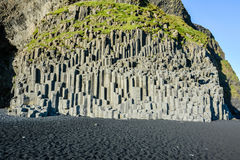 De kolommen van de basaltsteen op het zwarte strand van Reynisfjara dichtbij Vik stock afbeelding