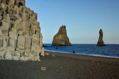 De kolommen van de basaltsteen op het zwarte strand van Reynisfjara dichtbij Vik-stad royalty-vrije stock foto's