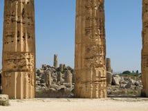 De kolommen van de tempel & de ruïnes in Selinunte Stock Fotografie