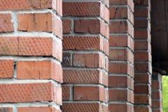 De kolommen van het rode baksteengebouw stock fotografie