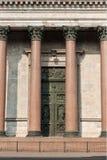 De kolommen van St Isaac ` s Kathedraal doorstaan in fine royalty-vrije stock afbeeldingen