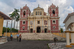 De koloniale kerk van Gr Calvario in het oude centrum van Leon Stock Afbeelding