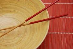 De kom en de eetstokjes van het bamboe Stock Fotografie