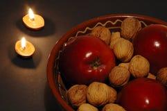 De kom en de kaarsen van Kerstmis Stock Foto's
