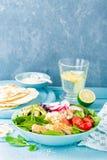 De kom met geroosterd kippenvlees, bulgur en verse groentesalade van radijs, tomaten, avocado, boerenkool en spinazie gaat weg Ge royalty-vrije stock afbeeldingen