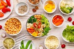 De kom van Boedha, gezonde en evenwichtige veganistmaaltijd, verse salade met een verscheidenheid van groenten, gezond het eten c stock afbeeldingen