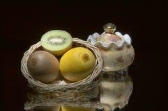 De kom van de citroen, van de kiwi, van de mand en van de suiker. Stock Foto's