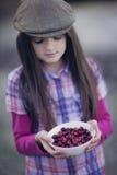 De kom van de meisjesholding van Amerikaanse veenbessen Stock Foto
