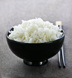 De kom van de rijst met eetstokjes Stock Afbeeldingen