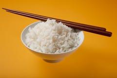 De kom van de rijst met karbonadeoogsten Stock Foto's