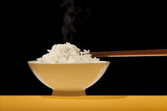 De kom van de rijst met karbonadeoogsten Stock Foto