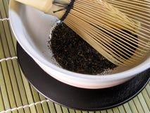 De kom van de thee en traditioneel bamboe wisk-detail Royalty-vrije Stock Afbeeldingen