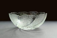 De kom van het glas met beeldhouwwerkpatroon stock foto's