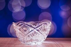De kom van het kristalglas met bokehachtergrond Stock Fotografie