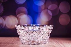 De kom van het kristalglas met bokehachtergrond Royalty-vrije Stock Fotografie
