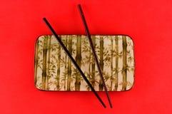 De kom van het ontwerpsushi van het bamboe met eetstokjes stock afbeeldingen