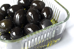 De kom van olijven met olijfolie Royalty-vrije Stock Foto